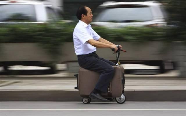 He Liang creó su propio vehículo ecológico con una valija, en la provincia china de Hunan. Tardó diez años en crear el curioso transporte. (Reuters)