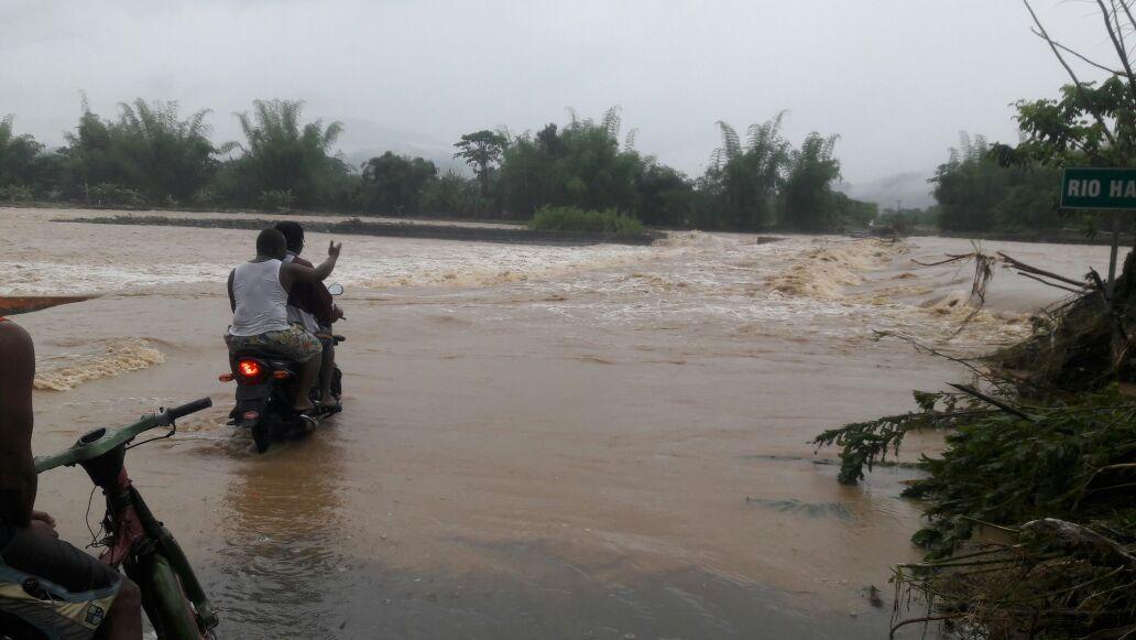 La fuerte crecida del río Haina se mantiene desde este domingo